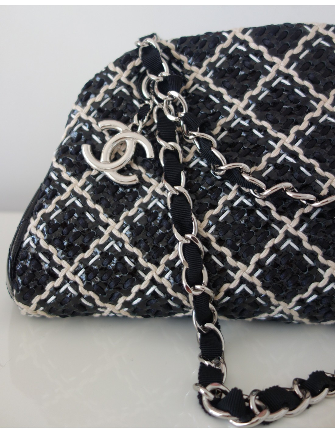 Sac chanel noir et blanc atoutluxe boutique for Sac chanel interieur