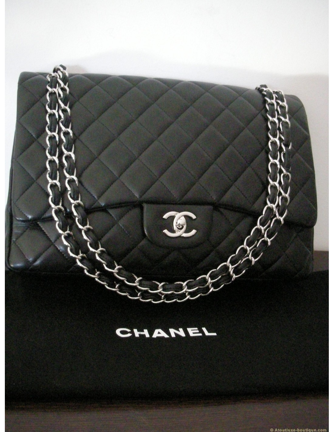 Sac chanel mademoiselle jumbo noir atoutluxe boutique for Sac chanel interieur