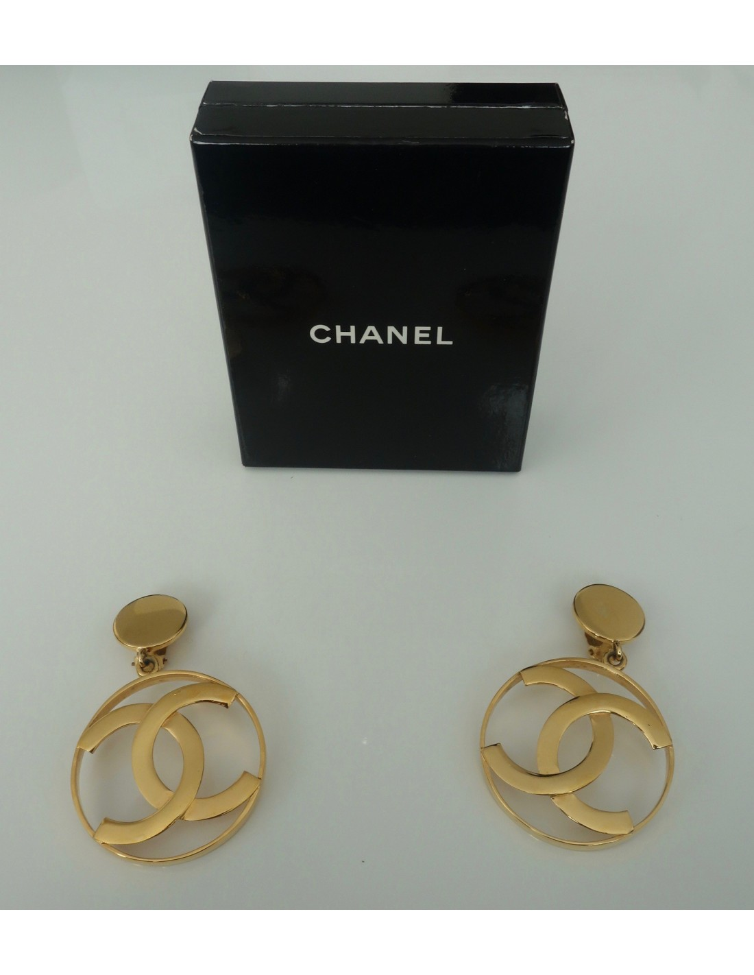 boucles d 39 oreilles chanel atoutluxe boutique. Black Bedroom Furniture Sets. Home Design Ideas